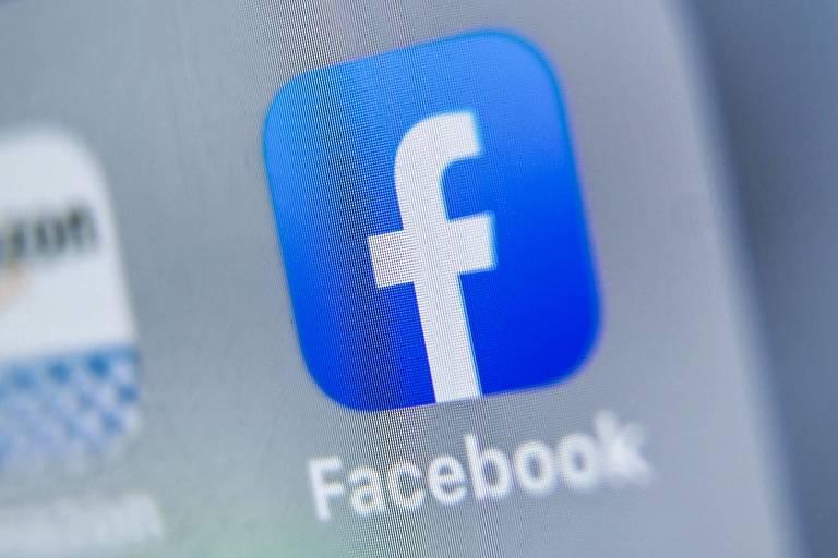 Logo da empresa de mídia Facebook em tela de tablet