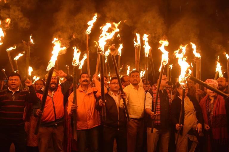 Ativistas durante marcha em protesto contra a lei de cidadania do governo de Narendra Modi, em Guwahati, na Índia
