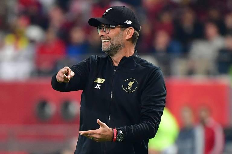Klopp dá instruções aos jogadores do Liverpool durante a final contra o Flamengo