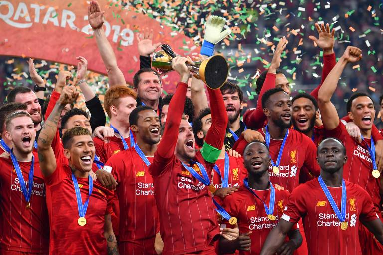 Capitão do Liverpool, Henderson levanta a taça de campeão mundial em Doha