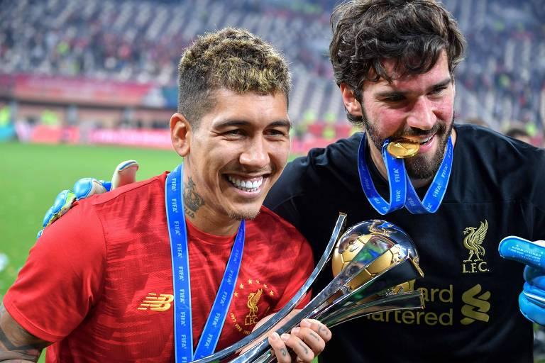 Firmino, que marcou o gol da vitória do Liverpool sobre o Flamengo, comemora o título mundial ao lado do goleiro Alisson