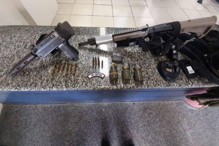 Polícia apreende armas em operação no Morro do Uurubu, em Pilares, zona norte do Rio de Janeiro
