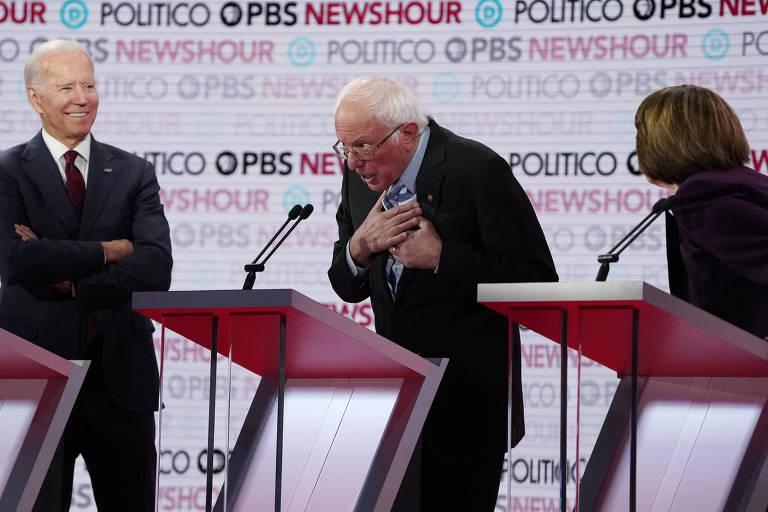 O ex-vice presidente Joe Biden, à esq., e os senadors Bernie Sanders e Amy Klobuchar durante debate democrata realizado em Los Angeles