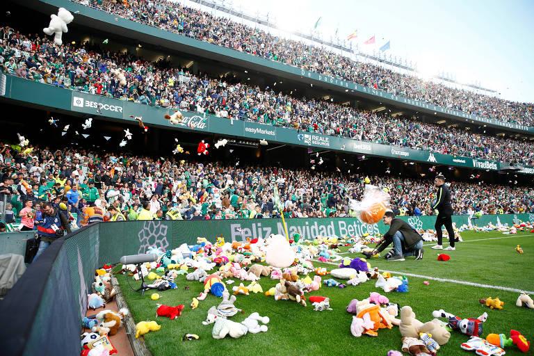 Torcedores do Betis arremessam bichos de pelúcia no gramado do estádio Benito Villamarin; eles serão doados a crianças carentes