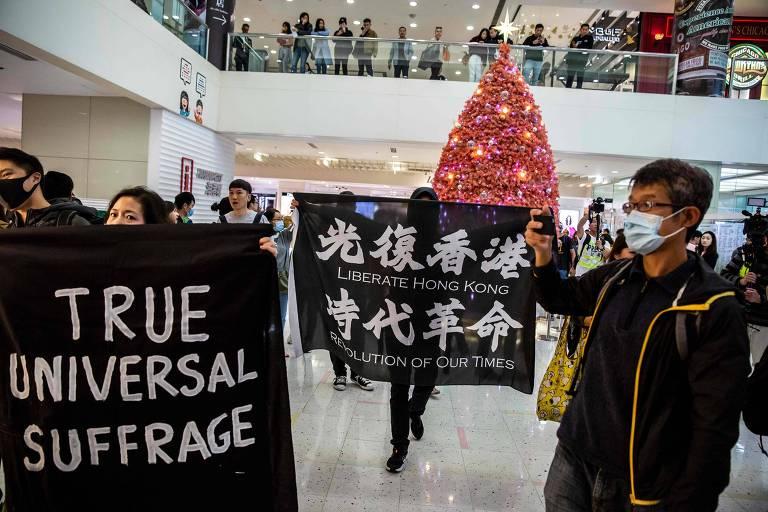 Manifestantes protestam em shopping de Hong Kong pedindo eleições livres e maior independência de Pequim, em 21 de dezembro.