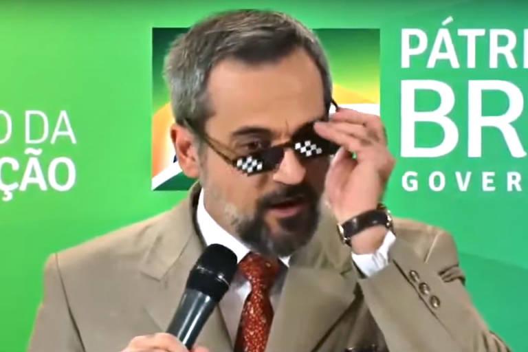 Homem de terno retira óculos escuros de plástico