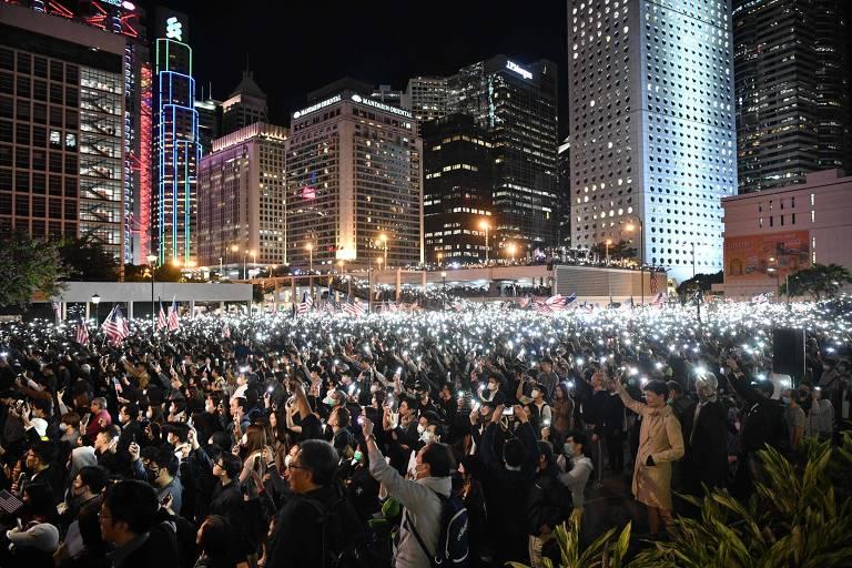 Manifestantes levantam as luzes de seus celulares em protesto na região central de Hong Kong