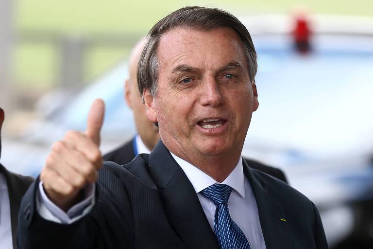 Na foto, o presidente Jair Bolsonaro faz joinha com a mão direita.