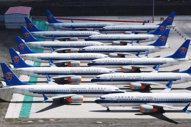Aviões 737 MAX da empresa China Southern Airlines parados no aeroporto de Urumqi, China