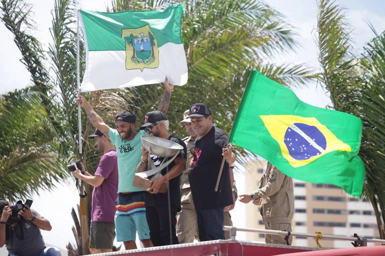 Centenas de fãs recepcionaram o campeão do mundial de surf, Italo Ferreira, na carreata em comemoração ao titulo mundial, na ruas de Natal