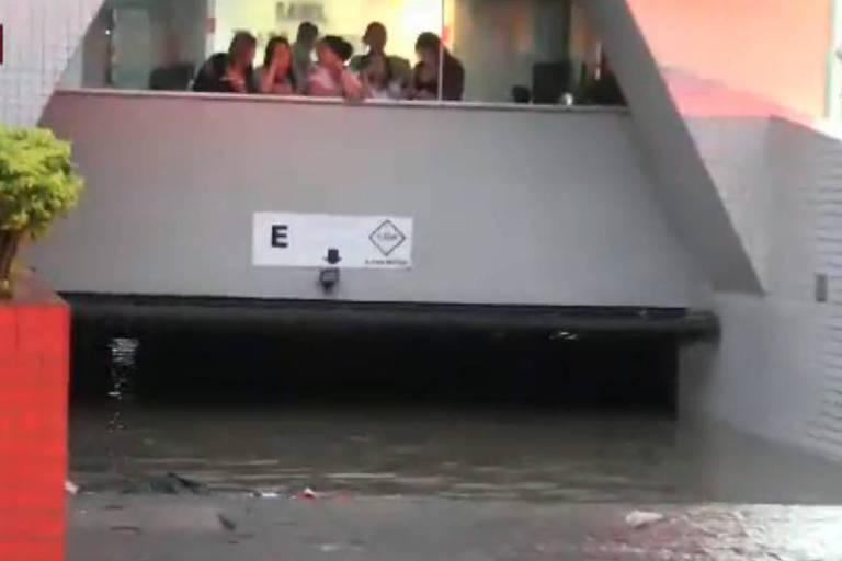 Garagem de prédio na Rua Ezequiel Freire, 35, fica alagada devido à chuva