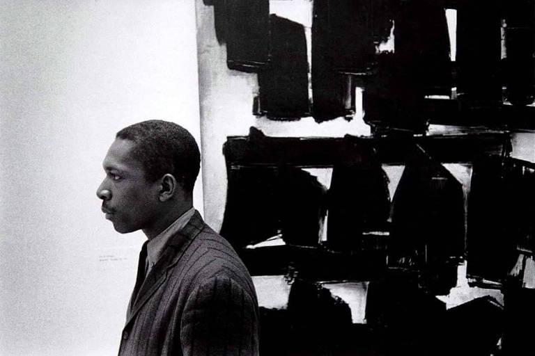 John Coltrane no Museu Guggenheim, em 1960, em frente a obra de Pierre Soulages