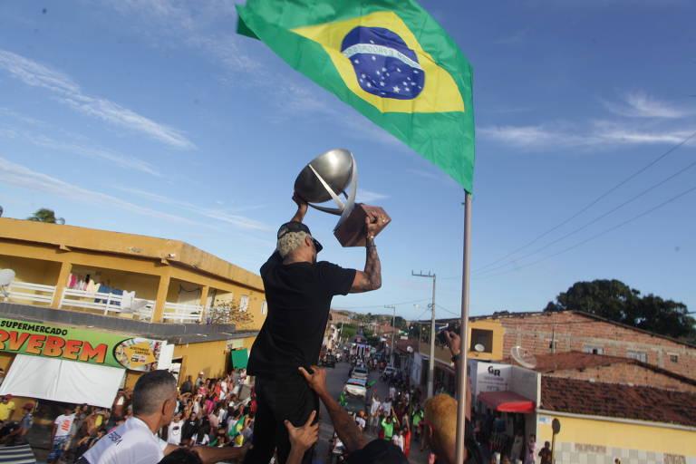 Centenas de fãs recepcionaram o campeão do mundial de surfe, Italo Ferreira, em Baía Formosa (RN)
