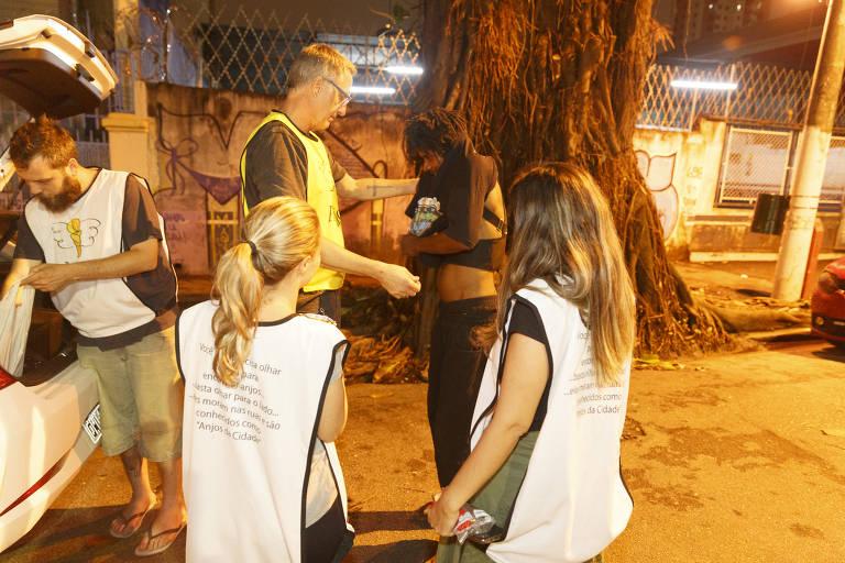Voluntários trocam Natal com a família por boas ações nas ruas
