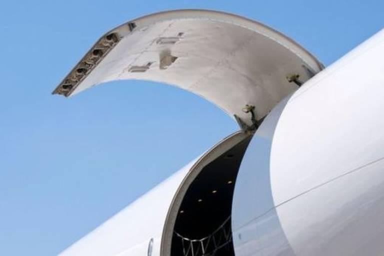 Um homem bêbado tentou abrir a porta de um avião e foi rapidamente contido
