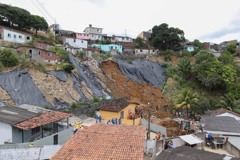 Deslizamento de barreira atinge duas casas no Córrego do Morcego, no bairro de Dois Unidos na Zona Norte de Recife (PE)