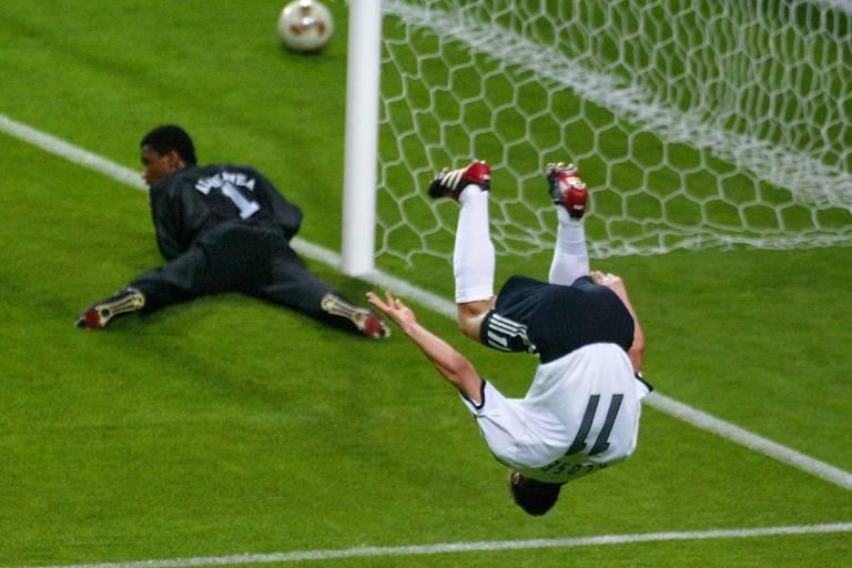 Na estreia dos alemães na Copa do Mundo de 2002, na Coreia e Japão, Klose marcou três na goleada por 8 a 0 contra a Arábia Saudita, seus primeiros gols em Mundiais
