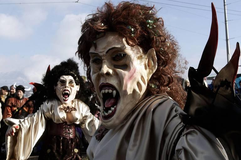 Foliões vestidos de diabos no Carnaval em Lucerna, na Suíça