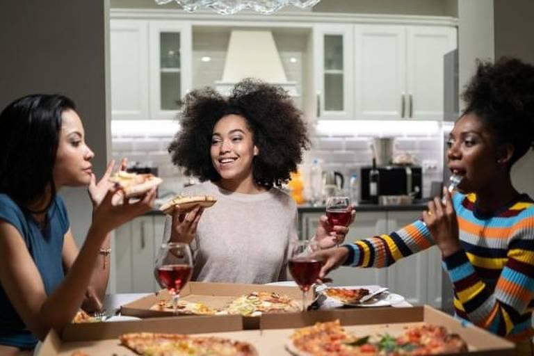 Mesmo depois de se empanturrar de comida, é possível arrumar 'espaço' para comer mais no dia seguinte