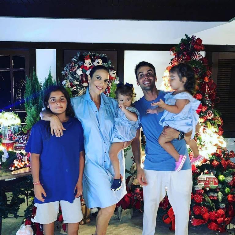 Ivete Sangalo com o marido, Daniel Cady, e os filhos