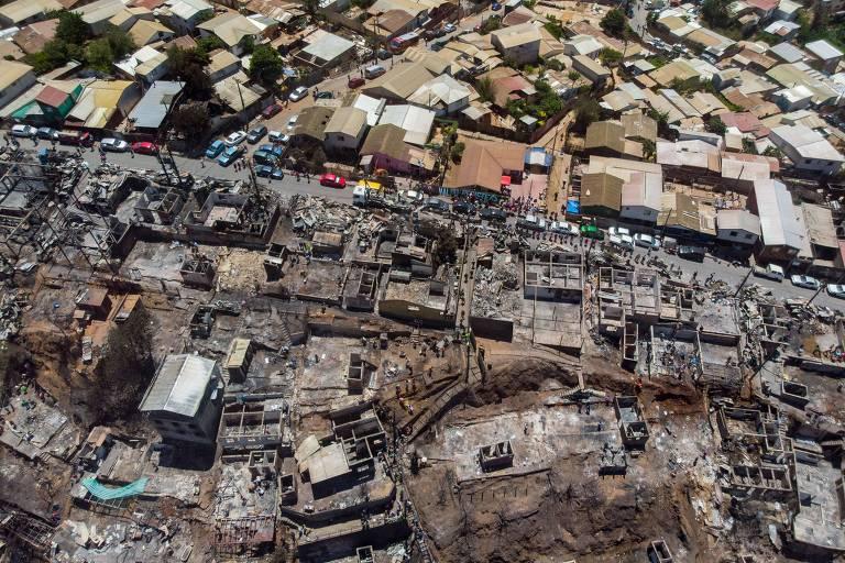 Casas incendiadas após incêndio florestal no morro Rocuant, em Valparaíso