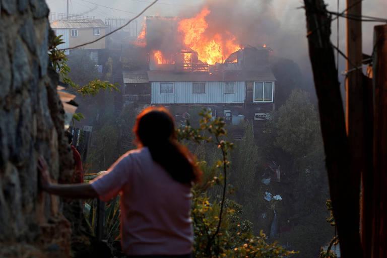 Casa em chamas devido a incêndio florestal no morro Rocuant, em Valparaíso