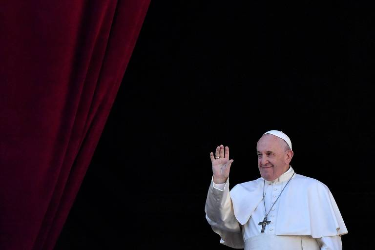 Papa Francisco acena do balcão da basílica de São Pedro, no Vaticano