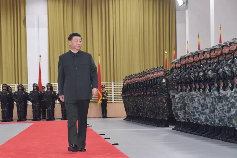 xi jinping anda em tapete vermelho ao lado de fileiras de militares