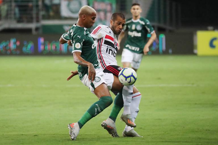 Daniel Alves, do São Paulo, e Deyverson, do Palmeiras, dividem a bola em clássico pelo Campeonato Brasileiro