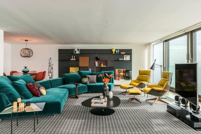 Poltronas giratórias e sofás dispostos de forma irregular no apartamento em Lisboa projetado por Clarissa Strauss