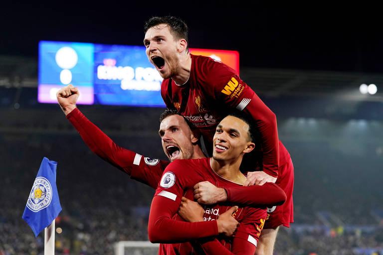 Jogadores do Liverpool comemoram o quarto gol da equipe, de Alexander-Arnold, sobre o Leicester