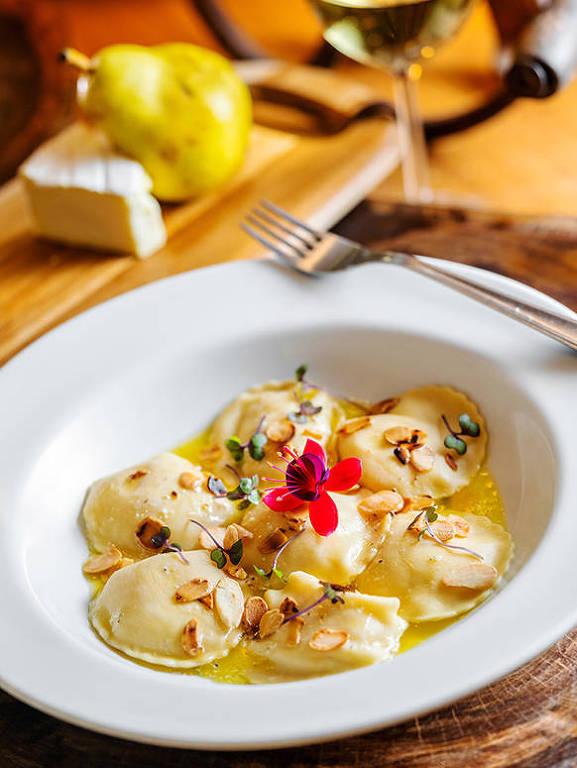 No Diò, pasta fresca artesanal recheada de queijo brie e pera é servida na manteiga trufada e lâminas de amêndoas torradas