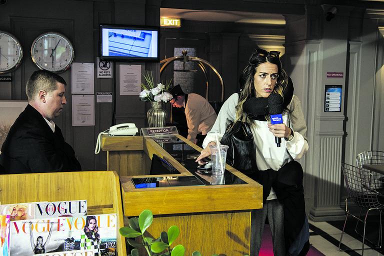 Sandra Caminelli (Luciana Paes), repórter sem hora para a notícia do novo humorístico da Globo, Fora de Hora