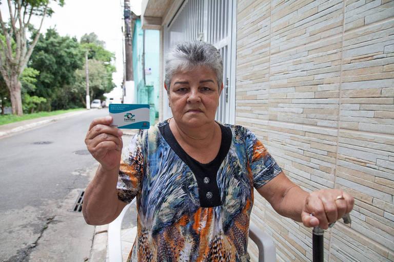 A dona de casa Nilva Franco Rodrigues, 69 anos, de Cidade Tiradentes (zona leste), afirma sentir fortes dores nos dois joelhos e reclama da infraestrutura do Hospital do Servidor, que não tem material cirúrgico