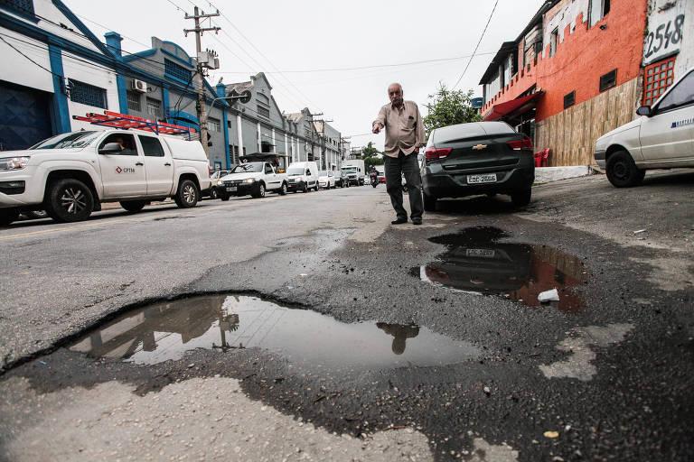 Helio Naves diz que há muitos buracos na avenida Presidente Wilson, onde trabalha. Ele quer solução para o caso