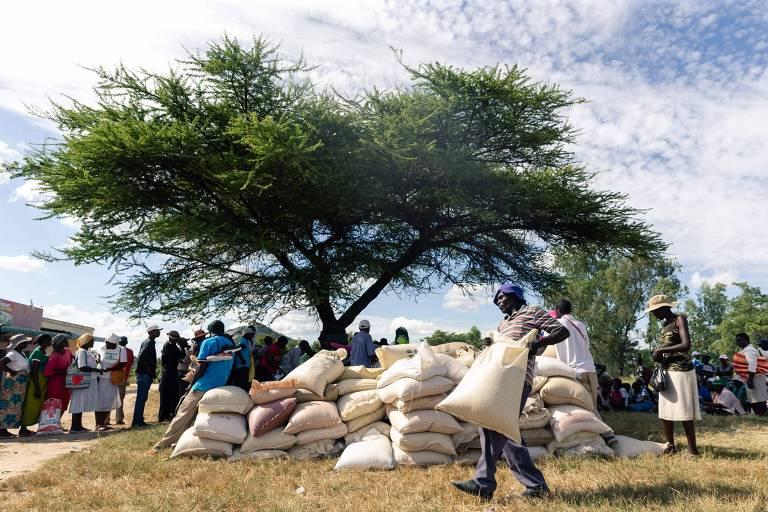 Doação de alimentos em Mutoko, zona rural do Zimbábue