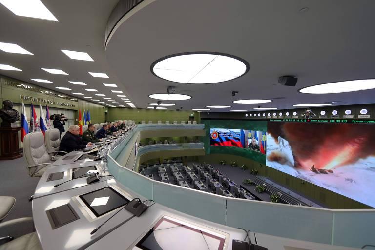 Putin vê lançamento de míssil com o planador hipersônico Avangard em centro de controle