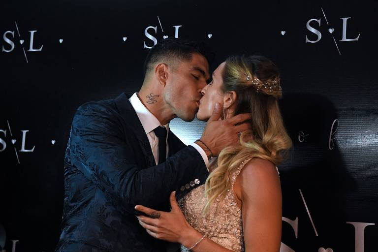 Luis Suarez and com a esposa Sofia Balbi
