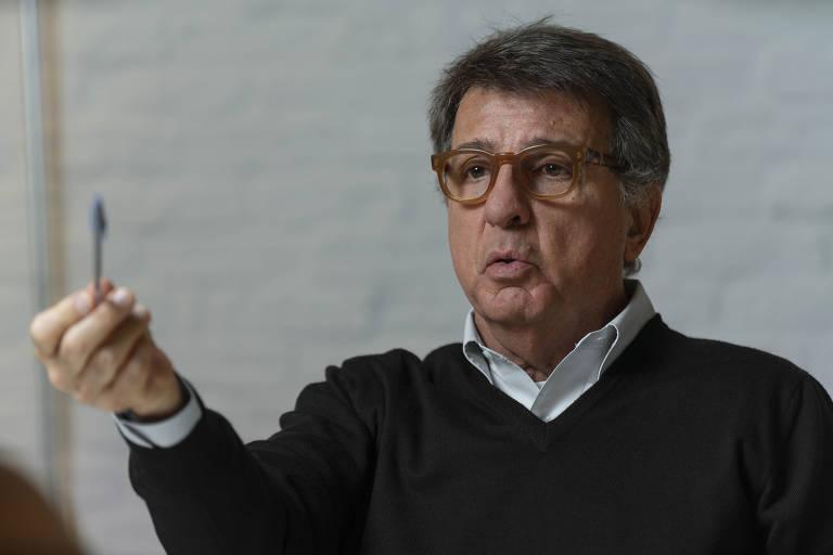 Paulo Marinho fala com caneta na mão
