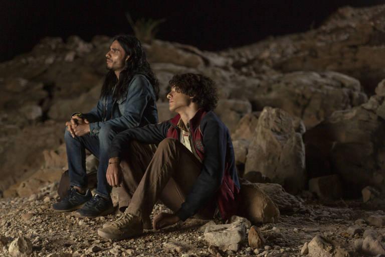 dois homens conversam no deserto