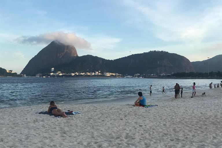 Montanha, praia e calçada