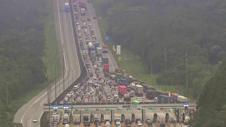 Motoristas encaram congestionamento na saída para o fim de ano