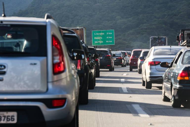 Na foto, vários carros na estrada