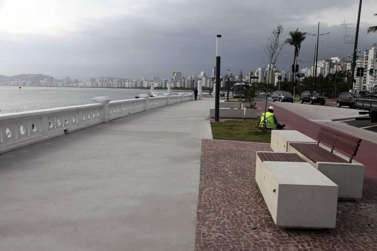 Vista da reforma da Ponta da Praia, em Santos, com calçamento novo