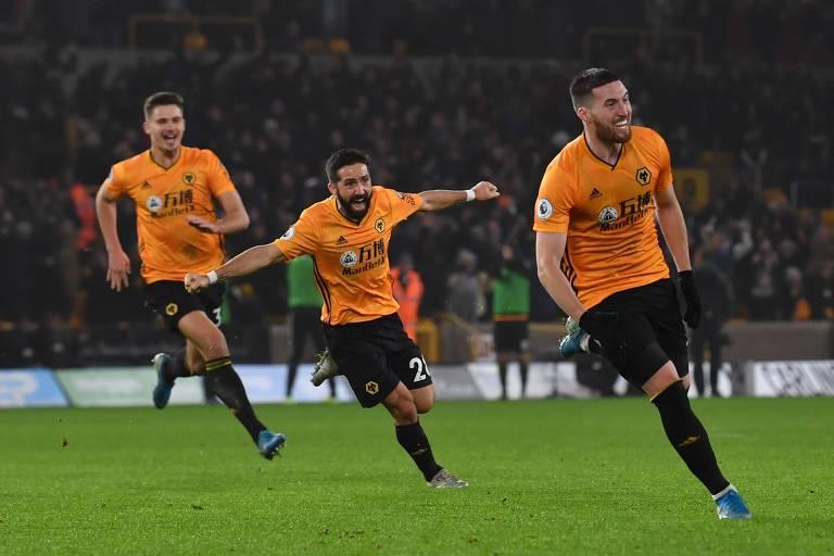 Doherty (à dir.) comemora o gol da virada do Wolverhampton sobre o City