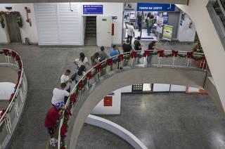 Ultimas dias para apostar na Mega Sena da Virada  onde premio pode ultrapassar os 300 milhoes de reais. Apostadores fazem fila na casa loterica Trevo da Sorte  na galeria Sao Bento no centro de Sao Paulo