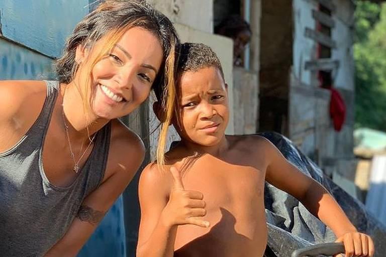Carol Nakamura, bailarina e atriz, adota criança