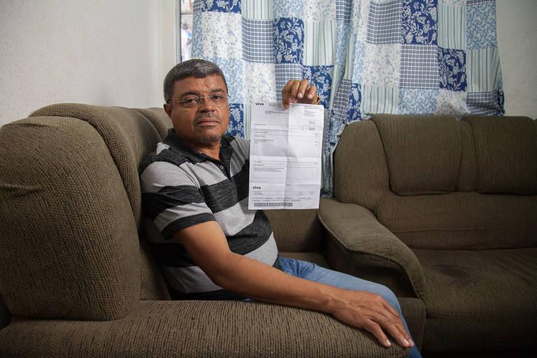 O aposentado José de Moreira, 61 anos, da Vila Carmosina (zona leste), conta que entrou em contato com a operadora diversas vezes, em vão