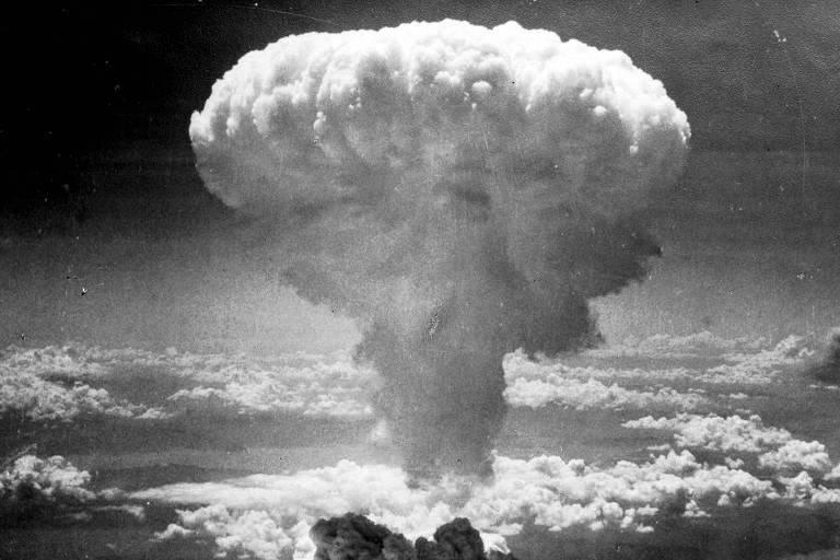Foto mostra o cogumelo nuclear formado após o bombardeio de Nagasaki subindo entre nuvens, em 9 de agosto de 1945