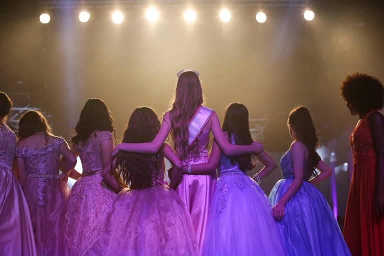 Participantes de 11 a 13 anos de concurso de miss mirim esperam resultado